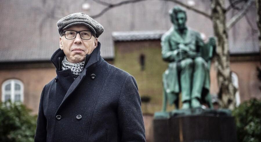 DFs kulturordfører, Alex Ahrendtsen – her i godt selskab med Søren Kierkegaard, vil have danskerne til at spille mere lotto – for at redde kulturarven.