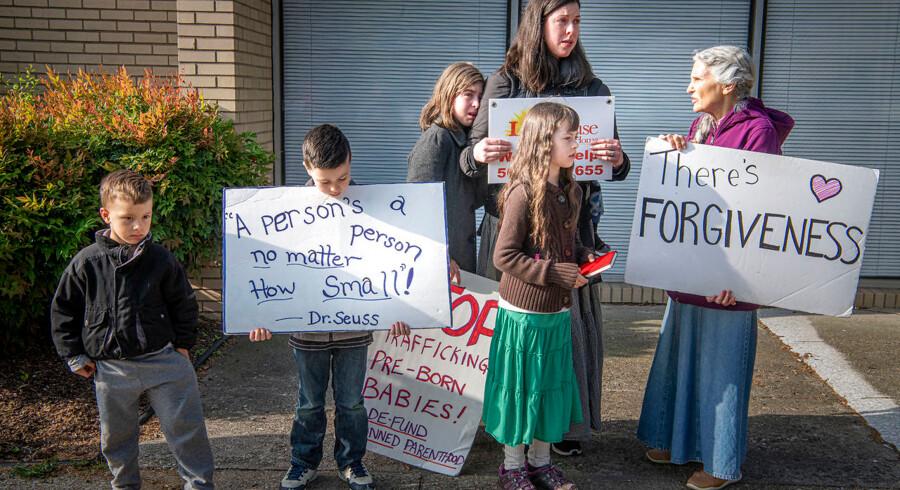 Mange af abortmodstanderne udenfor den sidste abortklinik i Kentucky har deres børn med, når de møder kvinder, der skal have en abort med blandt andet skilte og tilråb.