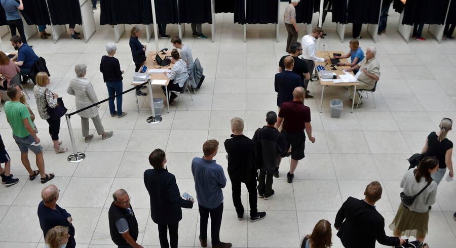 Vælgerne stemmer på Odense Rådhus i Odense onsdag morgen.