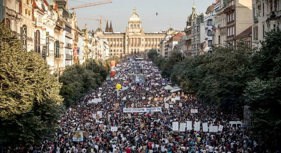 Titusinder af tjekker var tirsdag igen på gaden for at demonstrere mod premierminister Andrej Babiš og hans nye justitsminister. Her Wenceslas-pladsen, som vi alle lærte at kende i 1989 under »Fløjlsrevolutionen«.