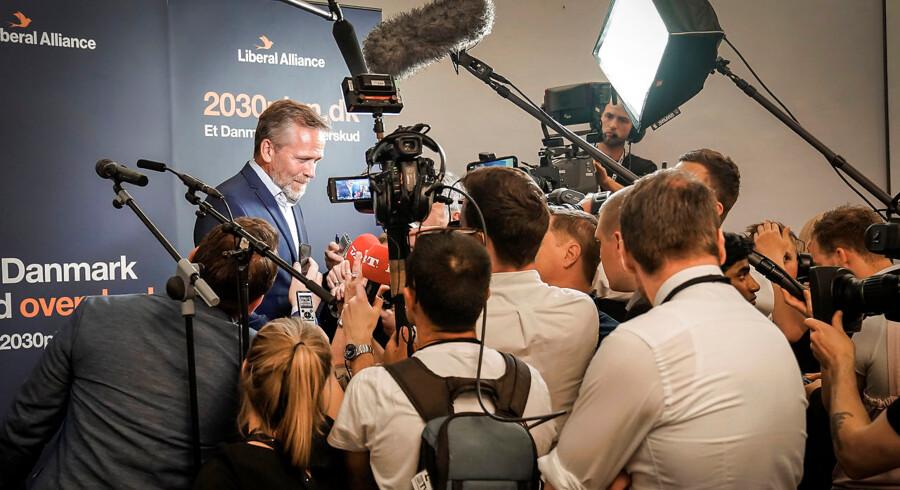 Anders Samuelsen fra Liberal Alliance udtaler sig til pressen umiddelbart efter meldingen om, at Liberal Alliance måske ryger under spærregrænsen. Nu er han ude af Folketinget.