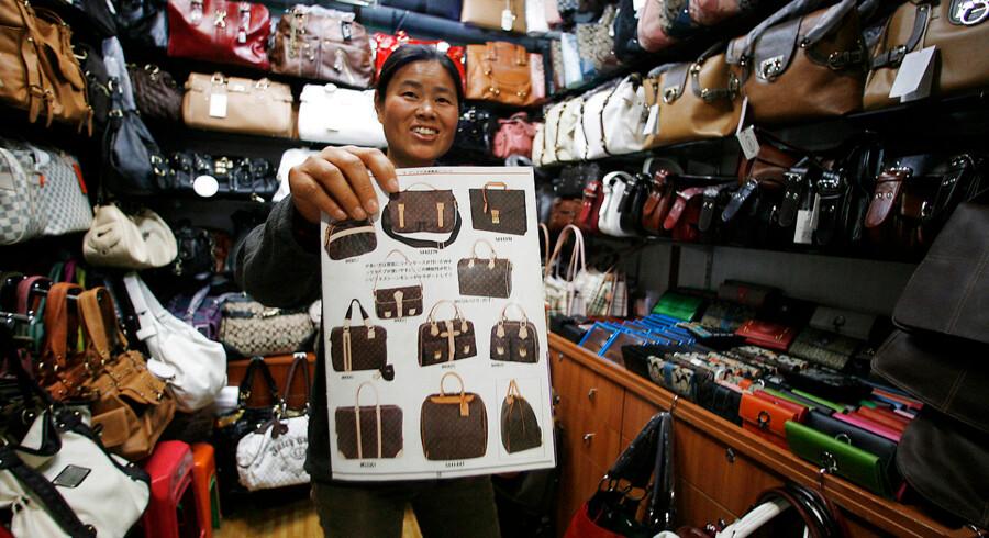 Uanset om der er tale om tasker, kosmetik, medicin eller elektronik, produceres langt de fleste kopivarer i Østasien, hvor Kina står for det meste af produktionen. Her ses en sælger, der viser sit udvalg af designer tasker på det berømte og berygtede Silkemarked i Beijing, hvor der hvert år bliver solgt kopivarer for millioner af kroner.