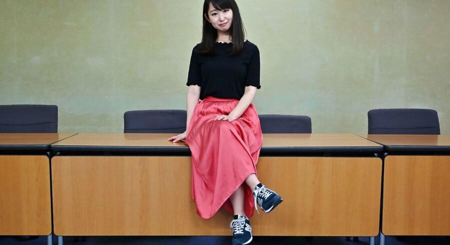Hvad er det opsigtsvækkende ved det her billede? Yumi Ishikawa har taget flade sko på. Hun siger, at det er fodtøj, som stive regler og sexistiske normer forhindrer på mange japanske arbejdspladser. Foto: Charly Triballeau/AFP/Ritzau/Scanpix