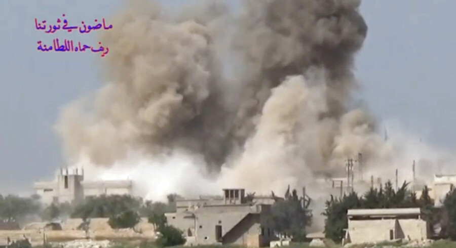 Et stillfoto fra en video fra et angreb i april. Angiveligt fra Hamaprovinsen i det nordvestlige Syrien. Nu er området igen blevet angrebet af jihadister.