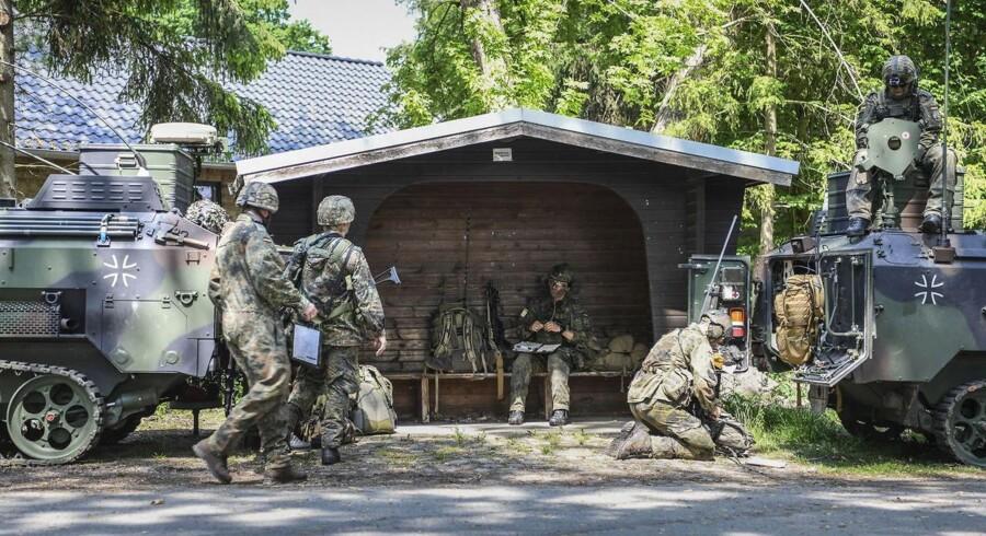 Tyske soldater deltager i en øvelse for den fælles hollandsk-tyske Air Maneuver Task Force (AMTF) i Bad Bevensen nær Uelzen, Tyskland, i maj.