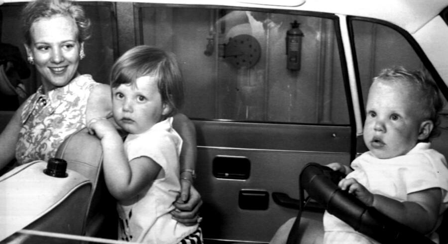 """Prins Joachim kommer til verden blot et år og 12 dage efter kronprins Frederik. Ifølge dronningen er de som nat og dag: """"Det var en helt anden en, jeg havde fået anden gang"""", har hun sagt."""