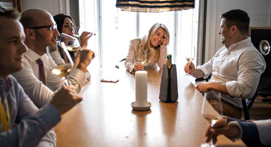 Nye Borgerliges MFer drikker et glas vin efter en veloverstået første dag i Folketinget.