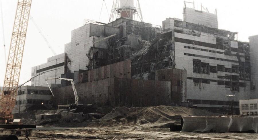 Foto af det havarerede Tjernobyl-atomkraftværk dateret 5. august 1986 - godt tre måneder efter selve katastrofen. Atomskyen fra eksplosionen bredte sig over hele Nordeuropa. Arkivfoto: Ritzau Scanpix