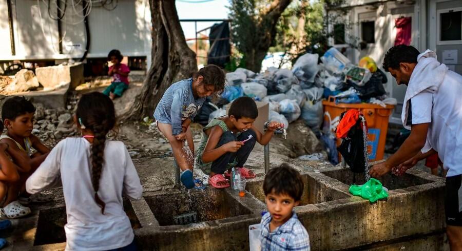 Flygtninge og migranter tager bad og vasker tøj uden for Moria-lejren på Lesbos. Der er i øjebelikket omkring 40 personer pr. toilet og bad. Fotoet er fra 2018.