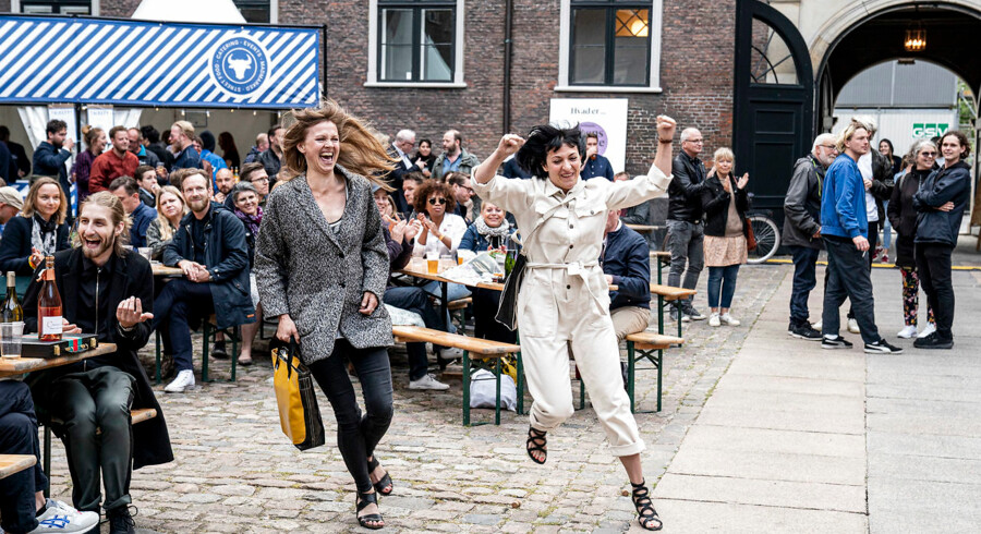 Byens Bedste Fest 2019 blev afholdt i gården på Kunsthal Charlottenborg lørdag 8. juni 2019. Masser af glade vindere blev hyldet. Her er det vinderne af Byens Bedste Kulturoplevelse, Betty Nansen Teatret, der er på vej mod scenen.
