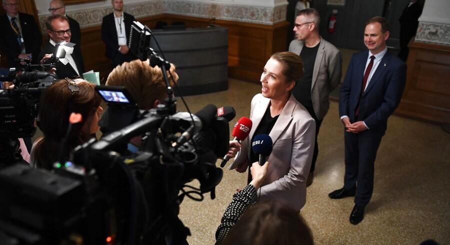 Henrik Sass Larsen (i baggrunden til venstre) var en skygge af sig selv i de seneste måneder, skriver politisk kommentator. Men eksempel med toppolitiker giver håb for ham.