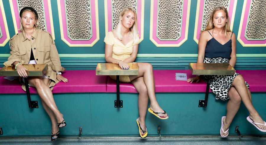 De tre veninder Frederikke, Mille og Laura har åbnet natklubben Hello Coco, der er indrettet med farverige tapeter, guldpalmer og dyreprint. »Det vigtigste er, at det ikke ligner alle de andre steder i byen,« siger PR-manager Laura Schrøder (yderst tv.).