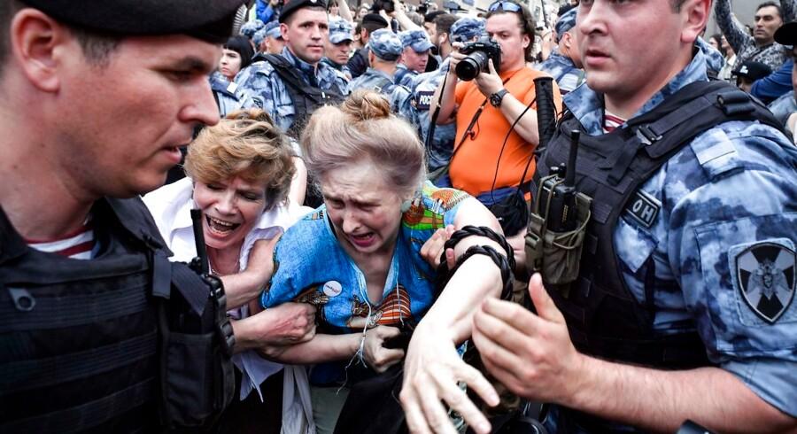 Flere hundrede mennesker blev anholdt på Ruslands nationaldag, onsdag 12. juni, under en demonstration afholdt på grund af fængslingen af en undersøgende russisk journalist. Foto: Alexander Nemenov/AFP/Ritzau Scanpix