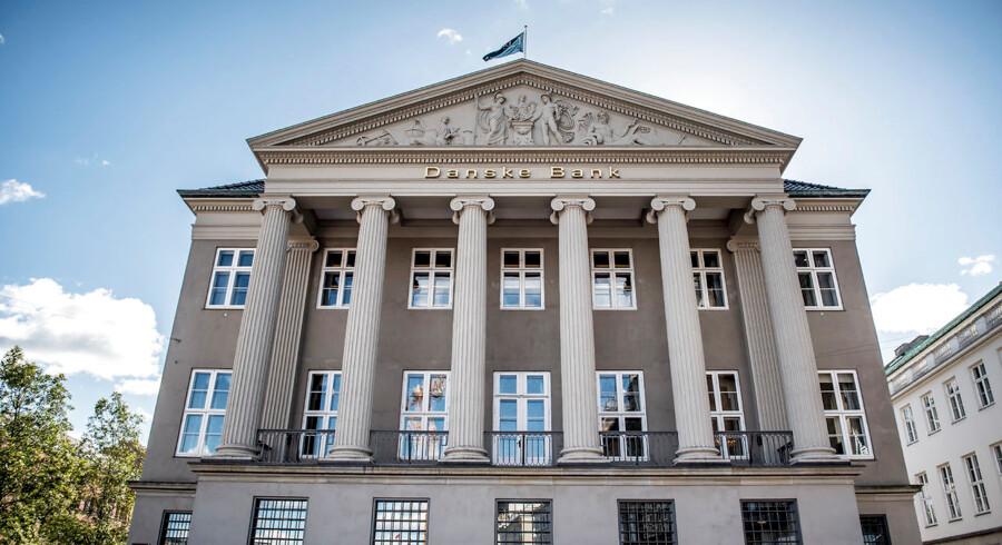 Mens Bagmandspolitiet har foretaget en lang række ransagninger hjemme hos flere tidligere ledende medarbejdere hos Danske Bank, har man endnu ikke banket på hoveddøren i bankens hovedsæde på Holmens Kanal 2-12 i København.