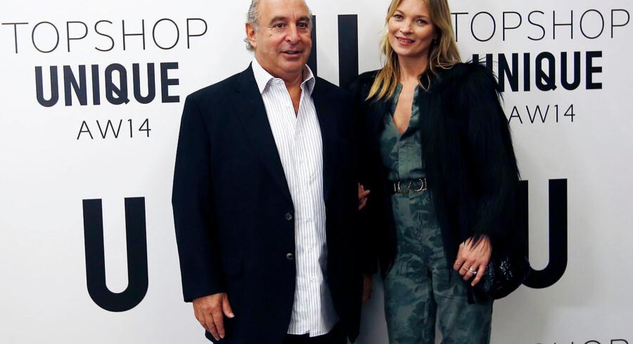 Engang var Philip Green kongen over den britiske detailverden, men siden er kronen væltet af, og han skal nu i gang med en rekonstruktion af Arcadia-koncernen, der rummer flere tøjkæder. Her ses han i 2014 med supermodellen Kate Moss, der flere gange har lavet kollektioner til modekæden Topshop.