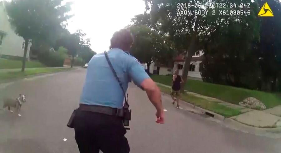 Frygt for overvågning og fatale fejl har fået San Francisco til at forbyde lokale politifolk at koble ansigtsgenkendelse til de kameraer, de i forvejen har monteret på brystet. Billedet viser en scene fra en politijagt i byen Minneapolis i delstaten Minnesota.