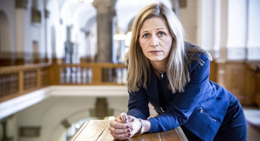 »Før 2002 blev der givet masser af statsborgerskaber til folk, uden at man stillede krav til danskkundskaber, kendskab til Danmark for slet ikke at tale om loyalitet over for landet,« skriver Marie Krarup fra Dansk Folkeparti.
