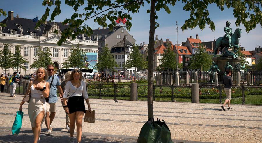 Krinsen og Rytterstatuen på Kongens Nytorv er igen befriet efter at have været gemt væk bag metrobyggeriets store mørkegrønne hegn.
