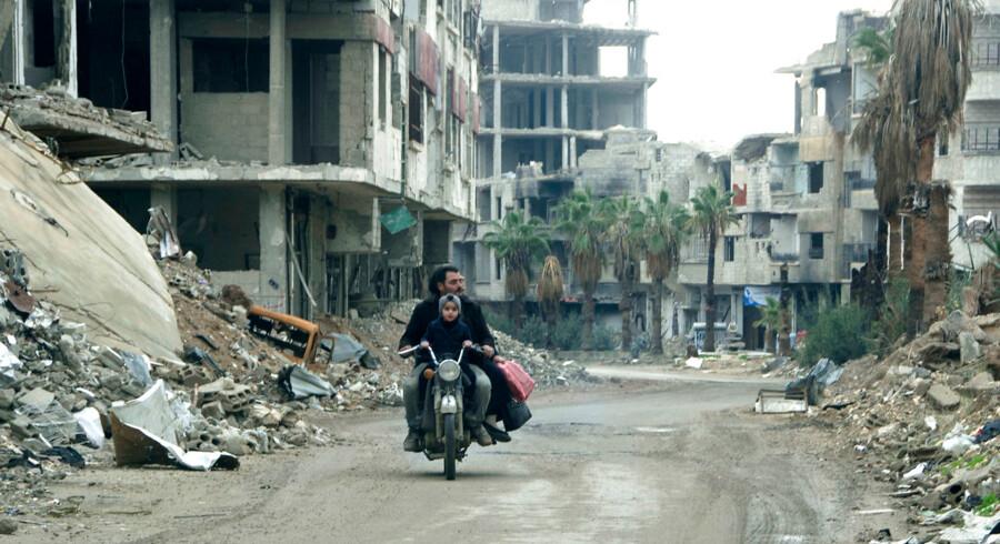 En mand kører forbi de ødelagte bygninger i Ghouta. I foråret 2018 generobrerede det syriske regime den østlige forstad til Damaskus, som nu ligger i ruiner. Siden har regimet kontrolleret hele Damaskus-provinsen og kamphandlingerne er aftaget. Det er bl.a. en af årsagerne til, at Udlændingestyrelsen mener, at forholdene i Damaskus er forbedret, og flygtninge fra Damaskus med asyl begrundet i »de generelle forhold« i landet er blevet frataget deres opholdstilladelser.