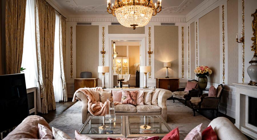 En overnatning i d'Angleterres klassiske Royal Suite koster i omegnen af 50.000 kr. Inden eventuelle tilkøb. Så får man til gengæld også 150 kvadratmeter at boltre sig på, herunder et master bedroom med et stort en suite-badeværelse, dagligstue, tekøkken, spisestue og en balkon med kig ud mod Nyhavn. Bill Clinton, Whitney Houston og Michael Jackson er blandt dem, der har boet her.