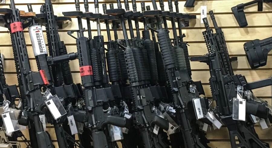 Semiautomatiske rifler som disse er nu forbudt i New Zealand. Også for dem, der købte dem, mens de var lovlige. Derfor skal flere newzealandske våbenejere nu aflevere deres våben til myndighederne. Til gengæld kompenseres de økonomisk. Billedet her er taget i en våbenhandler i Las Vegas i USA.