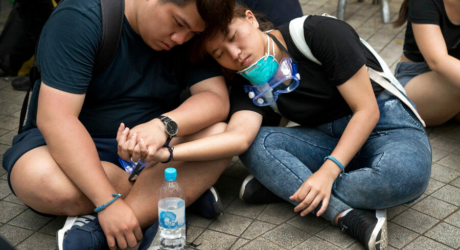 Mange tusinde mennesker demonstrerer mod et forslag om en ny udleveringslov med Kina. Udleveringsloven betyder, at borgere i Hongkong kan blive udleveret til retsforfølgelse i Kina. Mange af demonstranterne har været på gaden siden tidlig morges, så en hvilepause er tiltrængt.