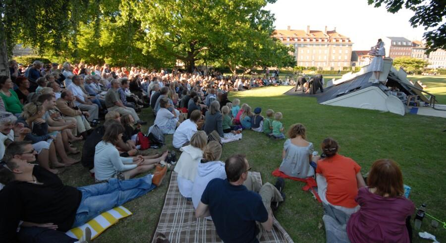 I 30 år har gadeteatret Brændende Kærlighed hver sommer spillet for et stort og varieret publikum på Valnøddeplænen i Kongens Have. Her er det forestillingen »Luxus« fra 2008.