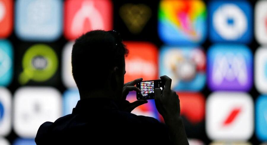 Elektronik som Apples iPhone-telefoner (billedet) og bærbare PCer bliver dyrere, hvis den amerikanske regering står fast og indfører nye ekstraafgifter fra juli på kinesiskproducerede varer. Arkivfoto: Elijah Nouvelage, Reuters/Ritzau Scanpix