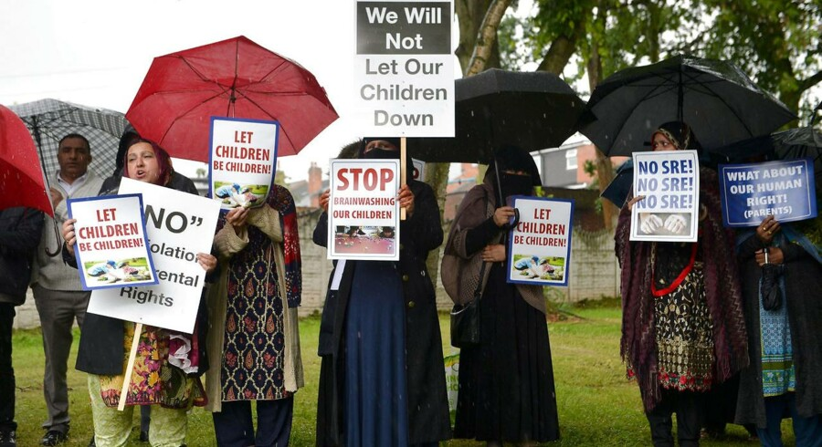 Muslimske forældre demonstrerer mod, at deres børn skal undervises om homoseksuelles rettigheder i Birmingham. Jacob Mchangama advarer mod, at samme tendens for kønsapartheid uvikler sig i Danmark, hvor f.eks. drenge og mænd ikke må deltage i svømning med piger i Tingbjerg.