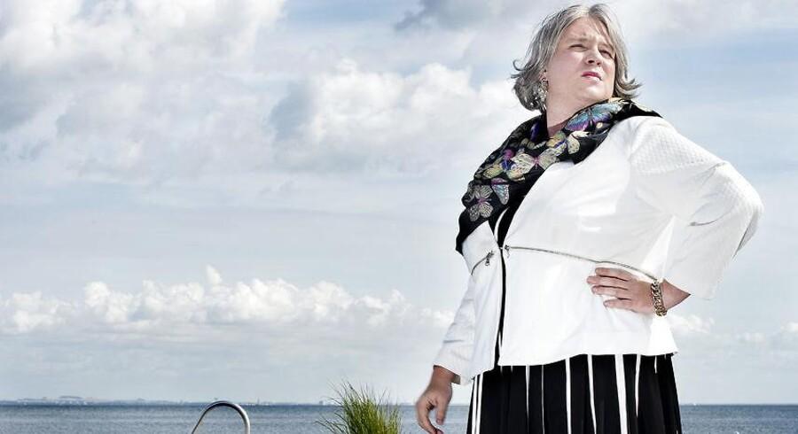 Karakteren Kirsten Birgit Schiøtz Kretz Hørsholm (Frederik Cillius) har skabt furore med udtalelser om Henrik Sass Larsen fra Den Korte Radioavis på Radio24Syv .