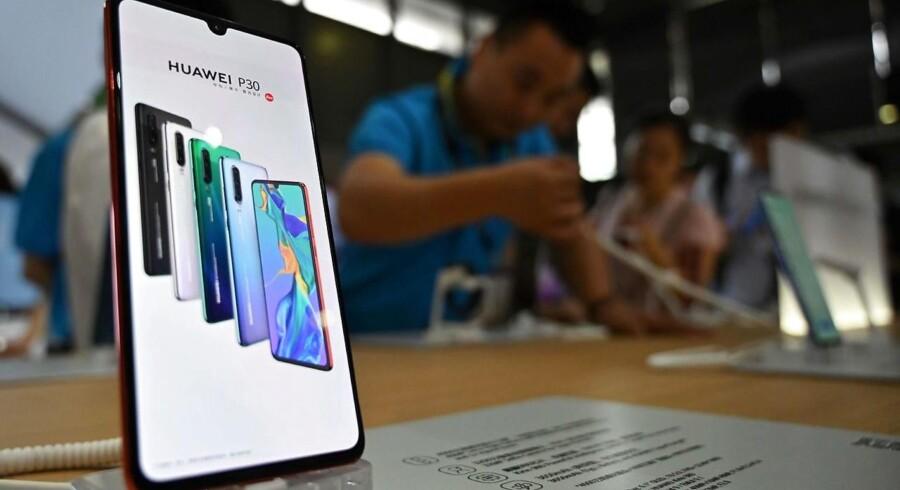 Forbuddet mod at sælge til Huawei er ikke totalt, viser det sig nu, hvor flere teknologiproducenter igen er begyndt at levere udstyr til den kinesiske telegigant, der er verdens næststørste smartphoneproducent. Arkivfoto: hector Retamal, AFP/Ritzau Scanpix