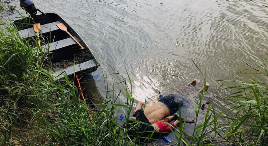 Fotos af ligene af den 25-årige migrant Oscar Martinez Ramirez og hans lille datter, som kom fra El Salvador, har været mange steder på internettet i forbindelse med USA's debat om grænen til Mexico. De drukende i et forsøg på at krydse Rio Grande på grænsen til USA. Moren til den 23 måneder gamle pige overlevede, mens så sin mand og sit barn drukne. str/Ritzau Scanpix