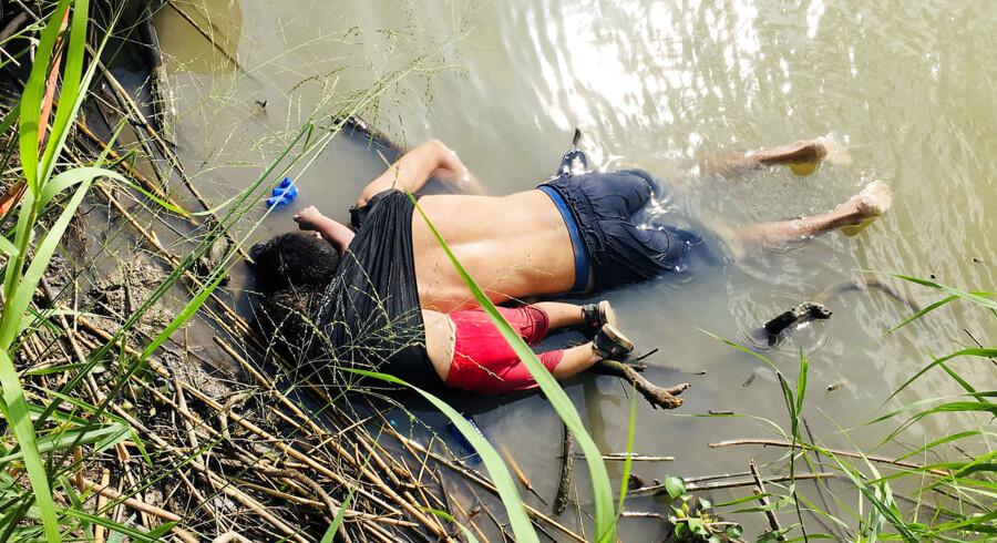Oscar Ramirez flygtede med sin kone og sin 23 måneder gamle datter, Valeria, fra El Salvador. Søndag druknede han og datteren i Rio Grande. Kræfterne slap op.