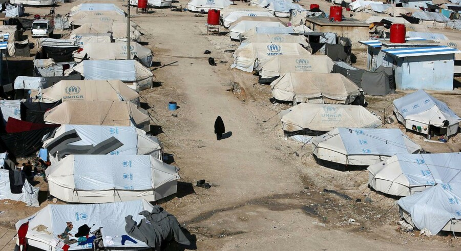 »I stedet for at slå terroristerne og terrorsympatisørerne med deres egne metoder – indespærring under kummerlige forhold og det, der er værre – kunne vi slå dem med vores metoder,« skriver Adam Holm. Foto fra flygtningelejren al-Hol.