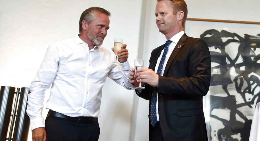 Anders Samuelsen overdrager udenrigministerposten - og en lang række svære opgaver - til den nye udenrigsminister, Jeppe Kofod.