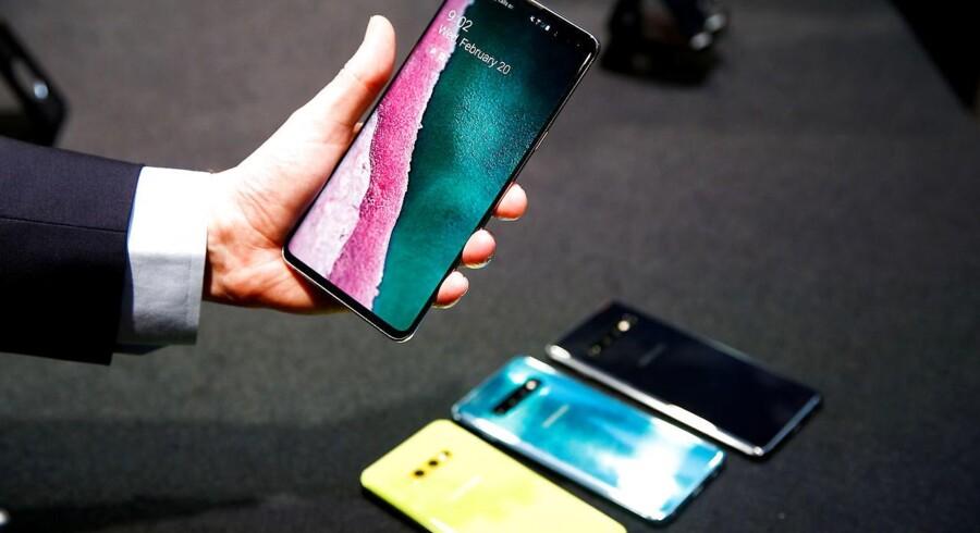 Samsung er hårdt økonomisk ramt af, at Huawei køber færre dele på grund af de amerikanske sanktioner. Samsung kan dog vinde et større mobilsalg, bl.a. med Galaxy S10-telefonerne her, som følge af Huawei-balladen. Arkivfoto: Henry Nicholls, Reuters/Ritzau Scanpix