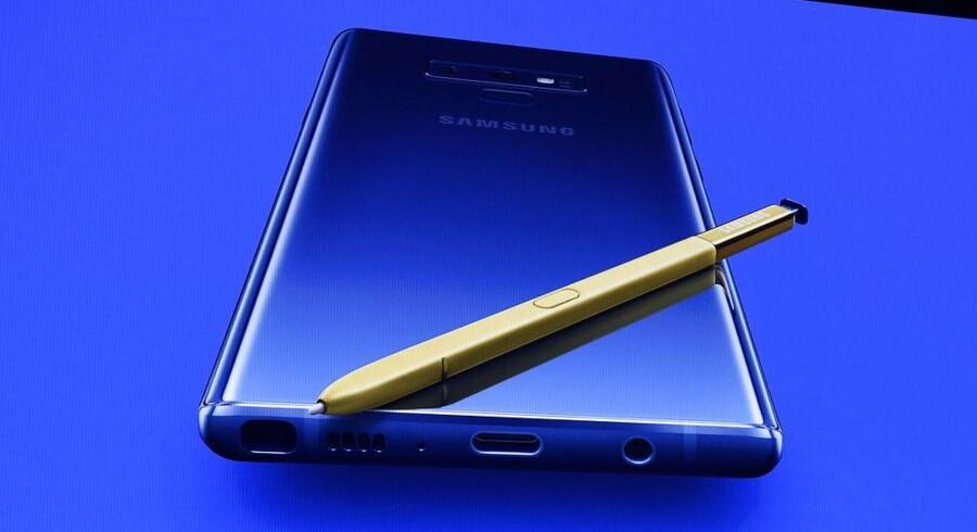Sidste års Galaxy Note 9 (billedet) fik en opdatering af den digitale pen, der nu kunne bruges som fjernbetjening ud over til at skrive på skærmen med. Muligvis vender Samsungs foldbare Galaxy Fold-telefon tilbage sammen med præsentationen af den nye Galaxy Note 10 til august. Arkivfoto: Timothy A. Clary, AFP/Ritzau Scanpix