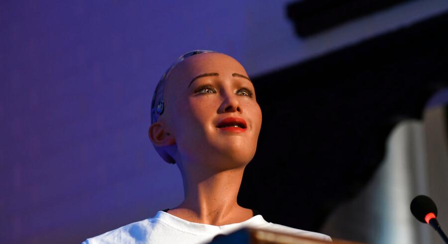 Skal vi følge med de asiatiske økonomier og udviklingen af teknologi? spørger kronikørerne. Her en asiatisk robot som en tro kopi af en ung pige. PRAKASH MATHEMA / AFP