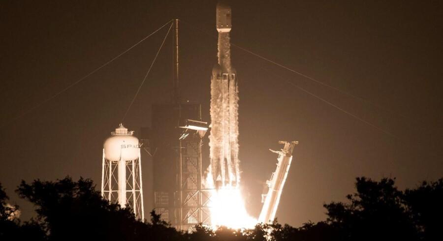 24 satellitter var om bord, da Elon Musks raketselskab SpaceX 25. juni sendte denne Falcon Heavy-raket op fra Kennedy Space Center i Florida i USA. Snart skal der norske satellitter med op. Arkivfoto: Joel Kowsky, NASA/AFP/Ritzau Scanpix