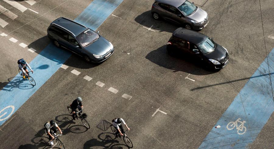 »Flere og flere cyklister kører med hørebøffer, og forsvinder dermed ind i deres egen verden på cyklen,« skriver Henrik Dreboldt.