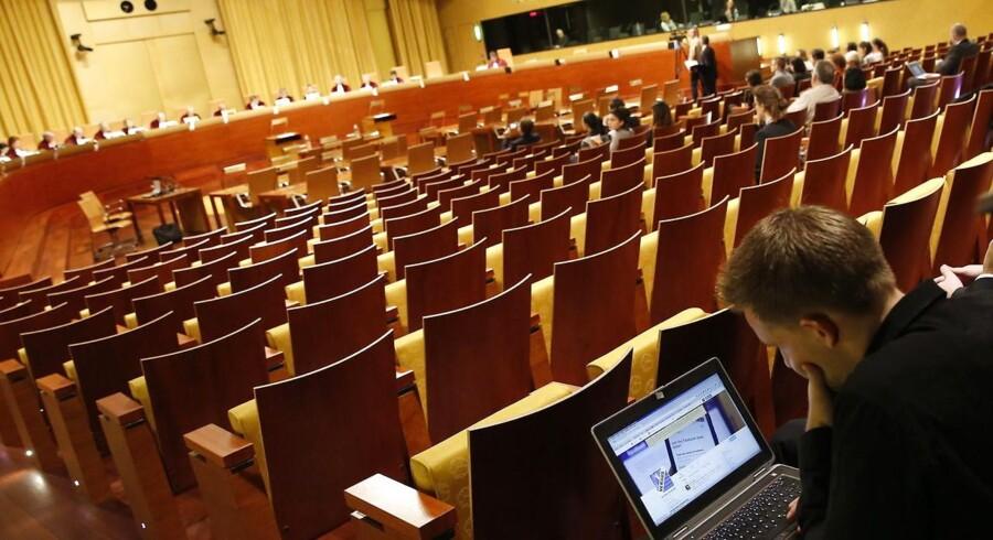 De har mødtes før hos EU-Domstolen, Facebook og den østrigske aktivist Max Schrems, nemlig i 2015, da domstolen grundskød EUs aftale med USA om, at europæiske data lovligt kan overføres til USA. Her ses Max Schrems i retssalen, mens han afventer dommernes afgørelse. Nu mødes de igen, og der står lige så meget på spil.