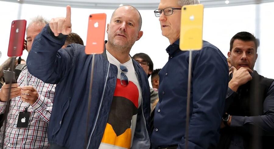 Apples chefdesigner Jony Ive (t.v.) inspicerer her en iPhone XR sammen med Apples topchef Tim Cook (t.h.) ved et Apple-arrangement i september 2018. Ive trækker sig nu gradvist og etablerer sit eget designfirma, der dog stadig vil samarbejde med Apple. Han har over 5000 patenter efter at have styret designet på mange af Apples største produkter.