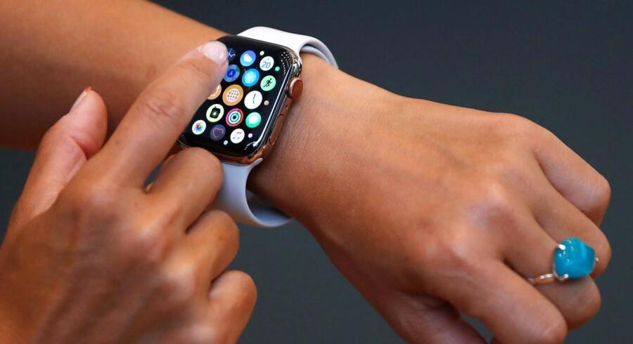 Apples Watch-smartur har for alvor sagt skub i brugen af digitale i stedet for fysiske SIM-kort, så uret kan bruges som telefon og have internetforbindelse, selv om telefonen ikke er i nærheden. De nye e-SIM-kort er blot en lille chip, der kan opdateres over mobilnettet, så man ikke skal fumle med et fysisk SIM-kort. Arkivfoto: Issei Kato, Reuters/Ritzau Scanpix