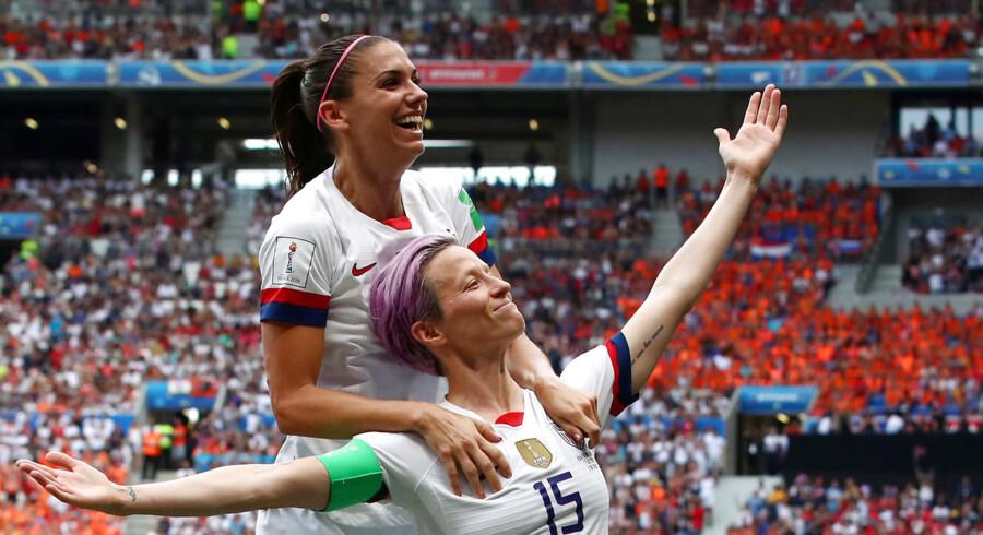 VMs bedste spiller – og en af de mest omtalte – Megan Rapinoe (nederst), fejrer sin scoring til 1-0 mod Holland.