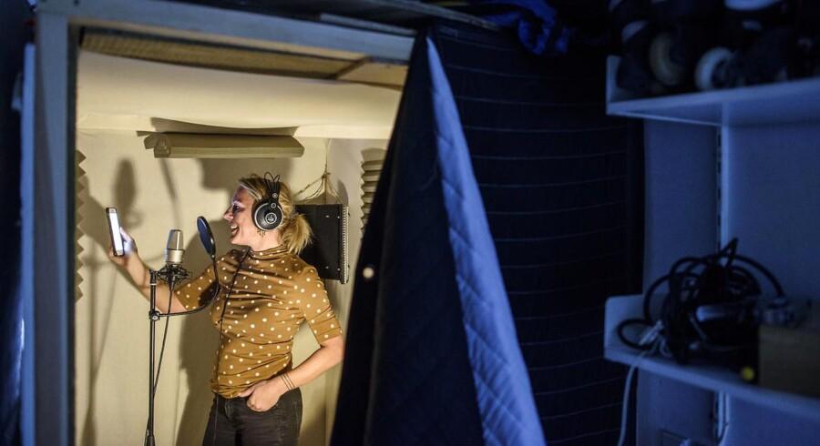 Mille Sjøgren arbejder både fra udlandet og hjemmefra. Her ses hun i sit private lydstudie i boligen i Nordsjælland. Hun har dog også et mobilt lydstudie, som hun kan tage med, når udlandet trækker.