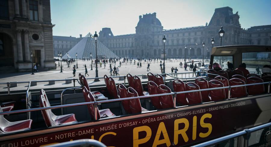 Turistbusser skal fremover nægtes adgang til Paris' bymidte, fastslår byens viceborgmester.