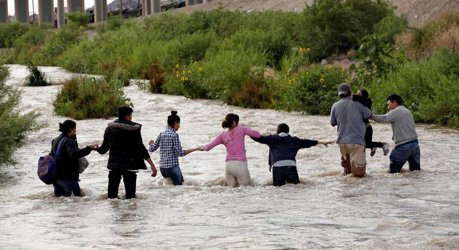 Centralamerikanske migranter forsøger at krydser Rio Grande for at komme ind i USA.