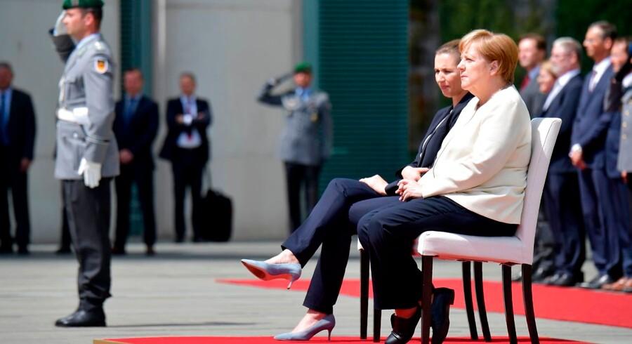 I et klart brud på almindelig diplomatisk kodeks lyttede kansler Angela Merkel torsdag sammen med sin nye danske kollega, Mette Frederiksen, siddende til de to landes nationalmelodier. Bruddet på etiketten skyldes kanslerens helbred.