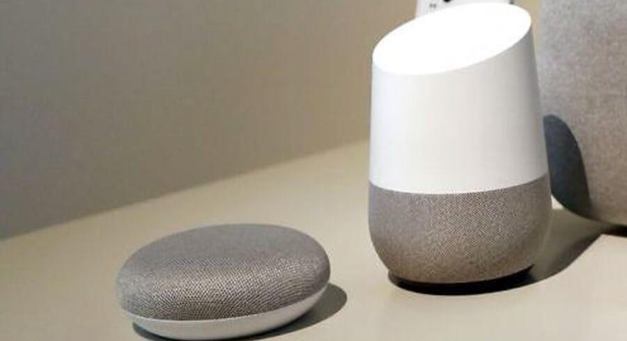 Googles højttalere, Home og Home Mini, har begge indbygget talegenkendelsessoftwaren Google Assistent, som også kan bruges i »løs vægt« på både Android- og Apple-telefoner. Men andre lytter med. Arkivfoto: Monica M. Davey, EPA/Ritzau Scanpix