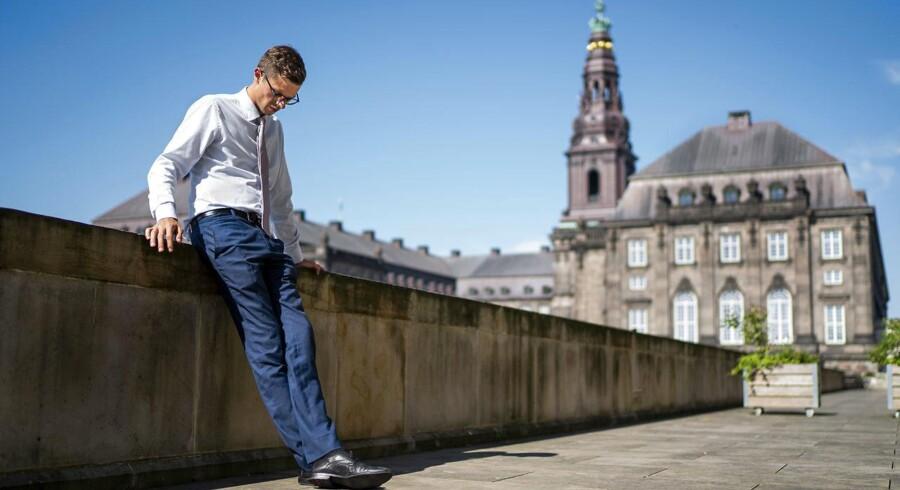 Historien om Alex Vanopslaghs tidlige år som fodboldfan tjener alene til at afskrække flere i at stille op som politiker, mener Leif Donbæk.